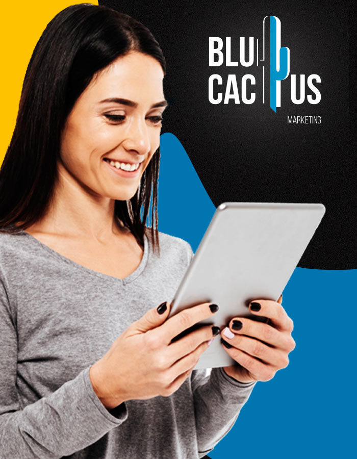 BluCactus - klant kijkt blij naar de resultaten van sociale media marketing op tablet