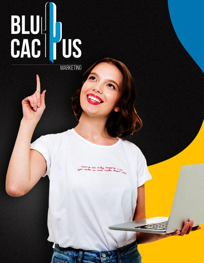 BluCactus - jonge BluCactus medewerker met Laptop wijst naar BluCactus logo