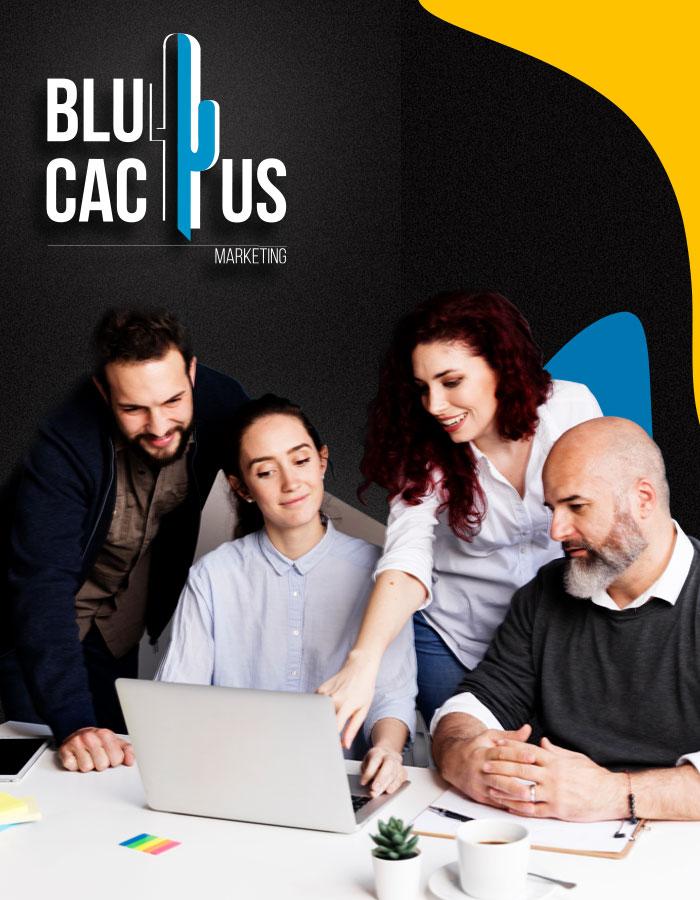 BluCactus - 3 klanten kijken naar een laptop scherm. De BluCactus medewerker legt sociale media uit