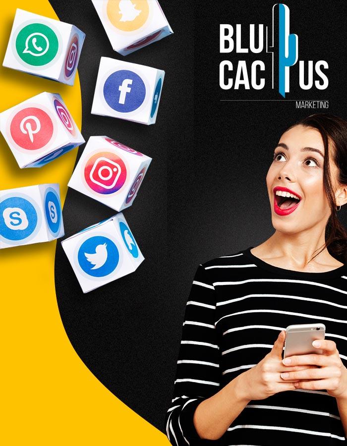 BluCactus - Social Media Marketing Bureau - blije jonge vrouw kijkt naar zwevende dobbelstenen met sociale media logos
